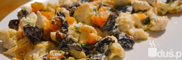 Sałatka z kalafiorem, suszonymi morelami i śliwkami