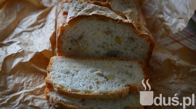Chleb bezglutenowy ma chrupiącą skórkę i miękki środek