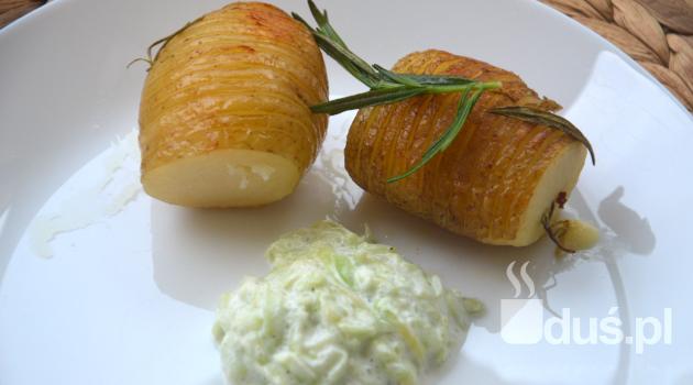 Pieczone ziemniaki z rozmarynem z sosem tzatziki